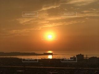 穏やかな海に沈む夕日の写真・画像素材[994746]