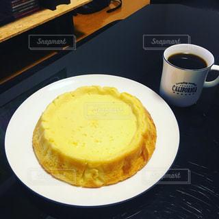 チーズスフレとコーヒーの写真・画像素材[995783]