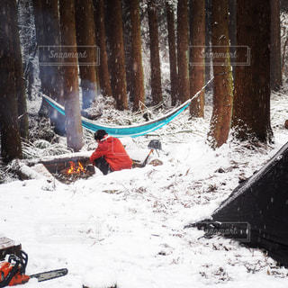 雪と焚き火とハンモックの写真・画像素材[995899]