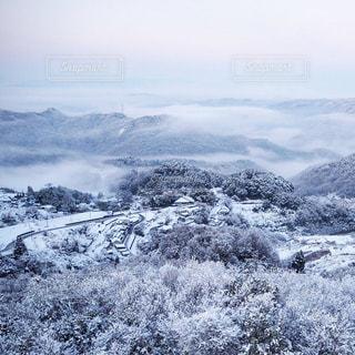 雪と雲海と集落の写真・画像素材[995901]