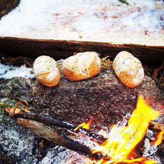 パンと焚き火の写真・画像素材[996235]