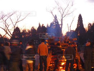 かがり火と人の写真・画像素材[996258]