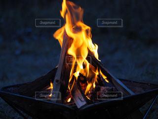 夜の焚き火の写真・画像素材[998398]