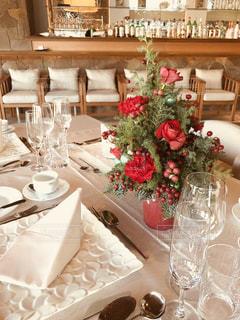 テーブルの上にクリスマスツリー - No.1002540