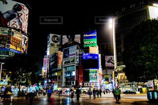 忙しい街の通りを歩いて人々 のグループの写真・画像素材[996086]
