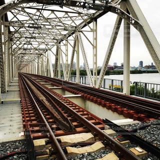 鋼のトラックに大きな長い列車の写真・画像素材[1179508]
