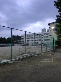 フェンスの外から見た校舎の写真・画像素材[3263664]