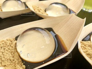 テーブルの上の皿の上に食べ物のボウルの写真・画像素材[1278995]