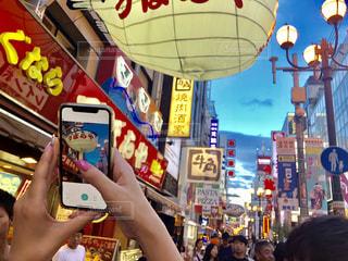 店の前に立っている人の写真・画像素材[1405842]