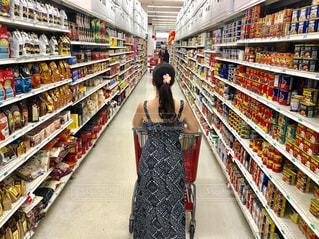 店の前に立っている人の写真・画像素材[1406422]