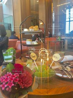 テーブルの上の花の花瓶の写真・画像素材[1609985]