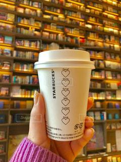 一杯のコーヒーを保持している人の写真・画像素材[1791651]