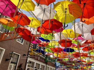 カラフルな傘の写真・画像素材[2107182]