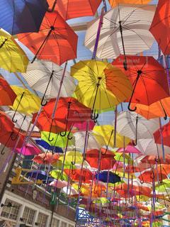 カラフルな傘の写真・画像素材[2107187]