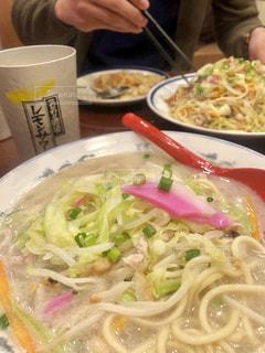 皿の上の食べ物のボウルの写真・画像素材[2107189]