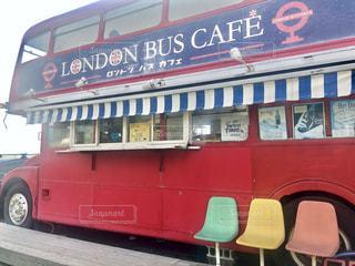建物の前に駐車していた赤と白のバスの写真・画像素材[2107197]