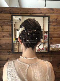 カメラを装って鏡の前に立っている人の写真・画像素材[2194206]