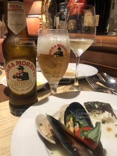 食べ物の盛り合わせとワインのボトルの写真・画像素材[2195199]