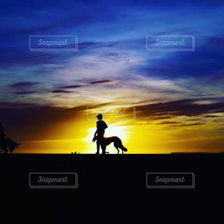 日没の背に乗る男の写真・画像素材[1081718]