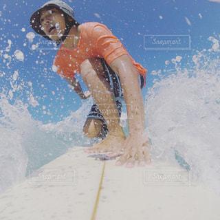 水のサーフボードで波に乗って男の写真・画像素材[1125820]