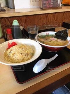 テーブルの上に食べ物のボウルの写真・画像素材[1003931]