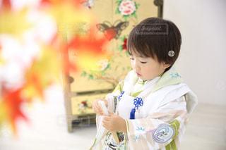 扇子を持っている男の子の写真・画像素材[996893]