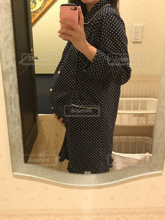 鏡の前に立っている妊婦の写真・画像素材[996940]