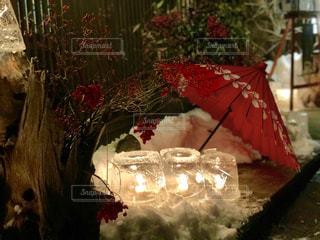 赤と白の傘とアイスキャンドルの写真・画像素材[997015]