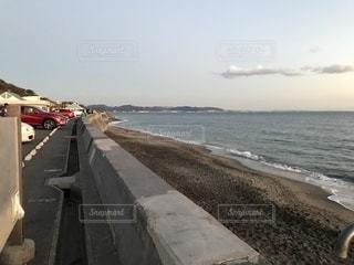 水の体の横にある砂浜のビーチの写真・画像素材[998430]