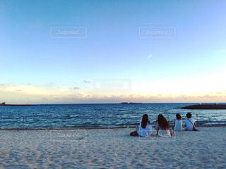 水の体の近くのビーチの人々 のグループ - No.998007
