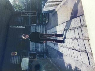 建物の前に立っている男の写真・画像素材[998100]