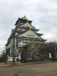大きなレンガのバック グラウンドで大阪城と時計塔のある建物の写真・画像素材[998140]
