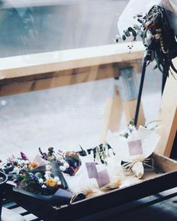 テーブルの上の花の花瓶の写真・画像素材[1410186]