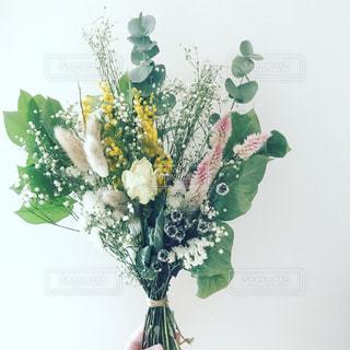 テーブルの上に花瓶の花の花束の写真・画像素材[1410187]