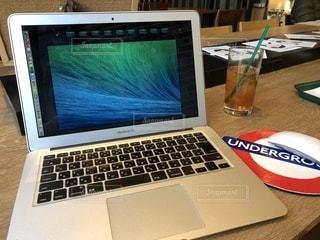 テーブルの上に座ってオープン ラップトップ コンピューターの写真・画像素材[998388]