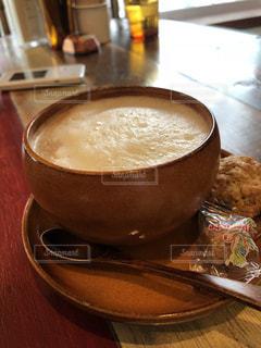 おしゃれカフェでホット豆乳ラテの写真・画像素材[998390]