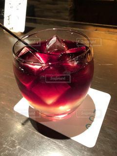 丸グラスに入ったカクテル - No.998465