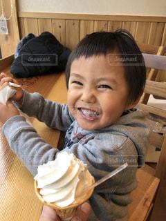 食事のテーブルに座って男の子の写真・画像素材[1010493]