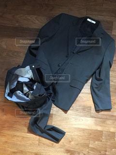 スーツの脱ぎっぱなしの写真・画像素材[1003274]