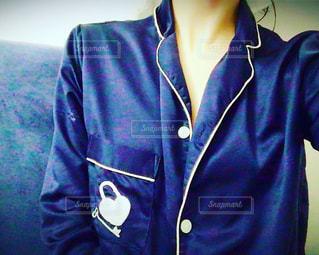 青いシャツを着ている人の写真・画像素材[998778]