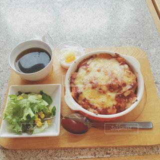 テーブルの上に食べ物のボウルの写真・画像素材[1000650]