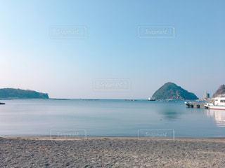 水の体の近くのビーチにボートの写真・画像素材[1279442]