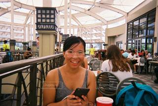 昼ごはんを食べるハワイアンガールの写真・画像素材[1057698]