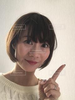ポイントポーズの女の写真・画像素材[998977]