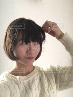 前髪を摘む女 - No.998978
