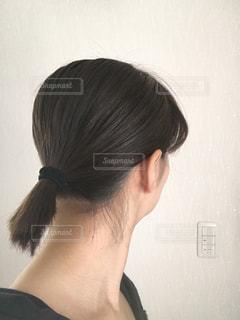 短い髪をまとめるの写真・画像素材[1013576]