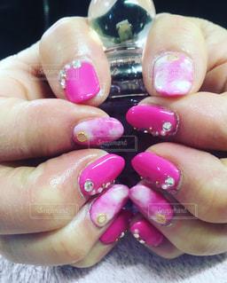 ピンクのタイダイネイルの写真・画像素材[1060768]