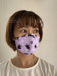 猫柄のマスクをした女性の写真・画像素材[3128693]