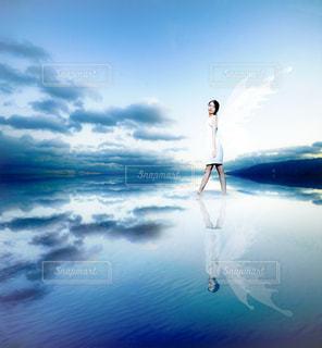 水に反射する女性の写真・画像素材[999538]
