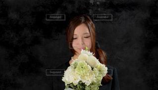 葬儀で花束を持つ女性の写真・画像素材[999551]